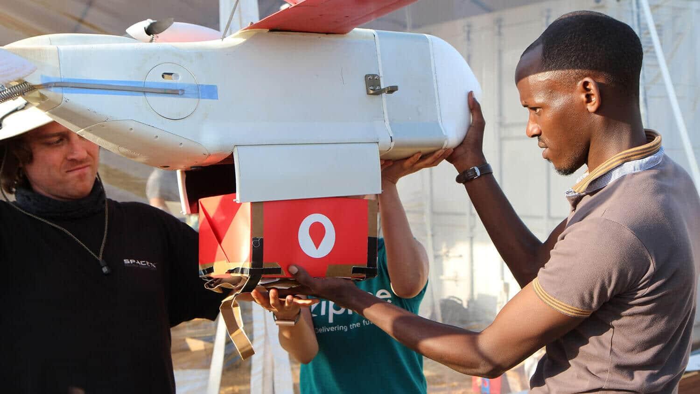 Technik z Zipline instaluje kartonowe pudło z papierowym spadochronem w drone w Muhanga, 50 km na zachód od Kigali