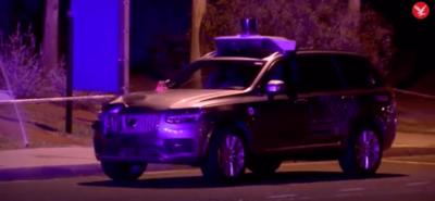 Auto Ubera - Volvo - zaraz po wypadku. Na zdjęciu widać gdzie było uderzenie.