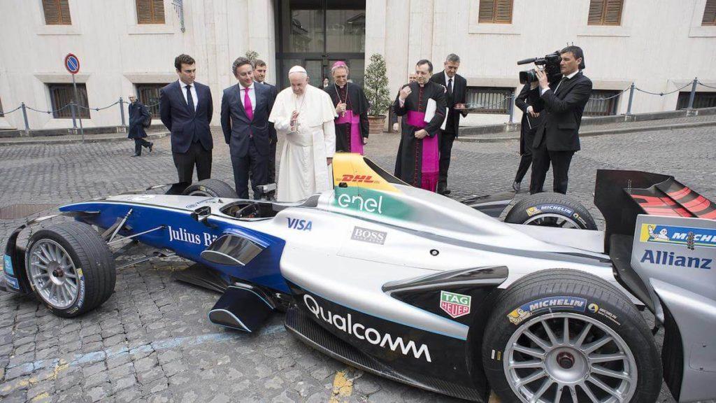 Papież Franciszek święci bolid Formuły E