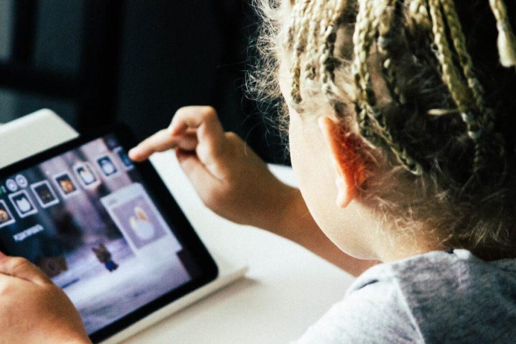 Dziecko grające na tablecie