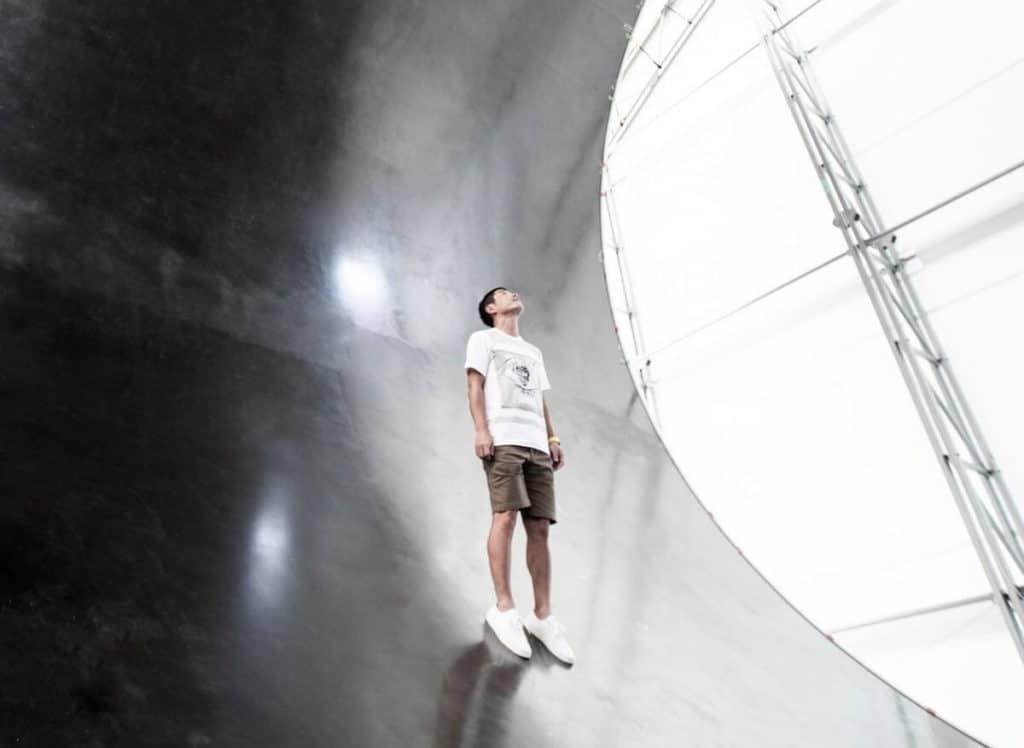 Yusaku Maezawa w środku silnika rakiety BFR.