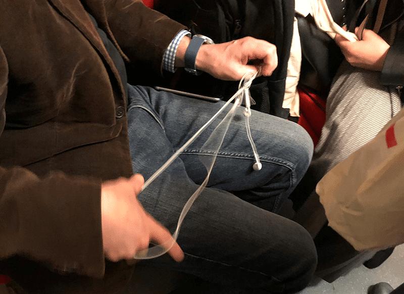 rozwiązywanie kabelka od słuchawek