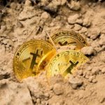 Monety bitcoin na polskich banknotach