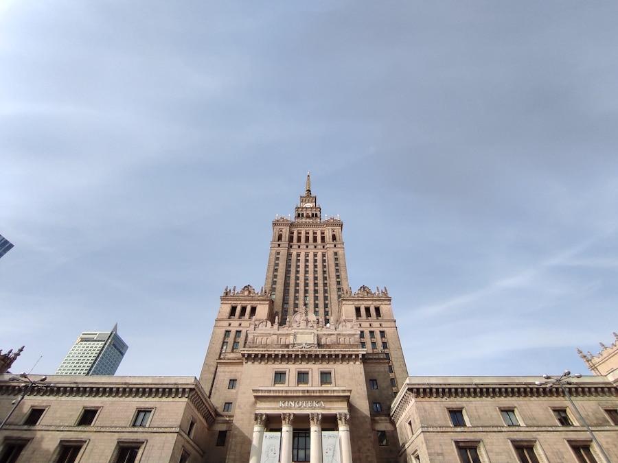 Pałac Kultury i Nauki widziany szerokokątnym obiektywem z Redmi Note 9 Pro