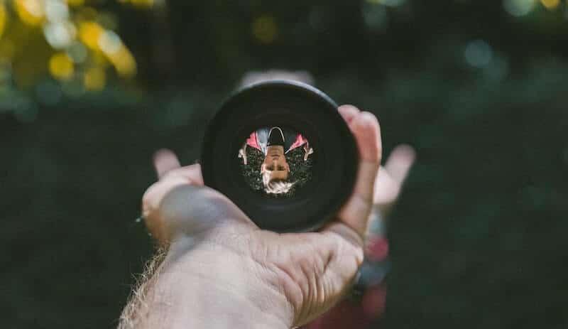 Zdjęcie robione przez otwór w obiektywie. Prawda, że oryginalny punkt widzenia?