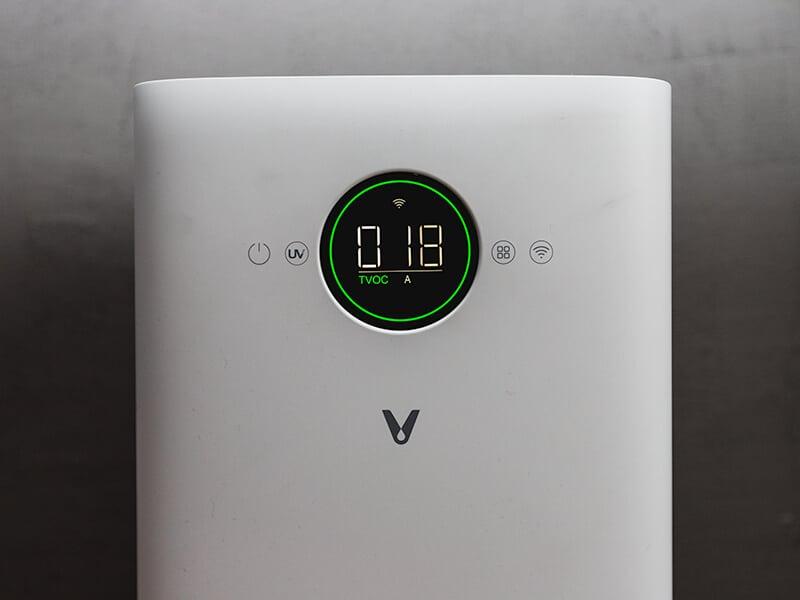 Viomi Smart Air Purifier Pro - przedni panel z pomiarem PM2.5 oraz przyskami