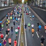 Biegnący ludzie w maratonie