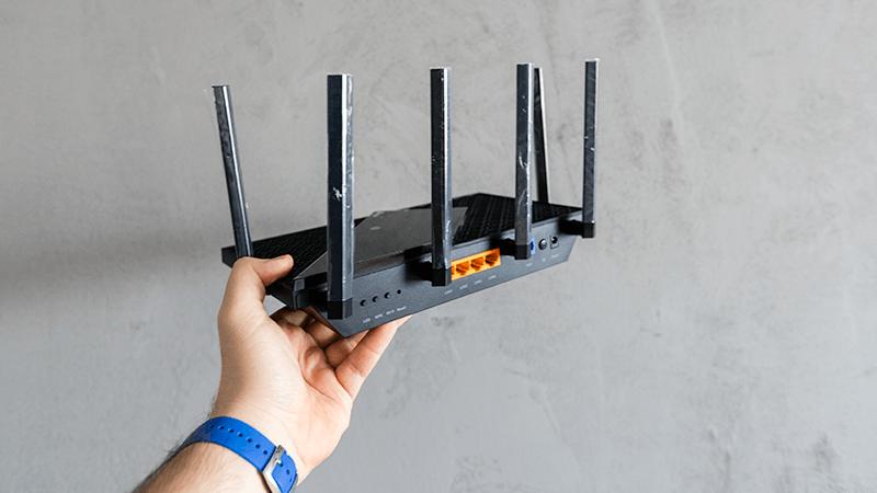 TP-Link Archer AX73 - tylna część routera z portami i przyciskami funkcyjnymi