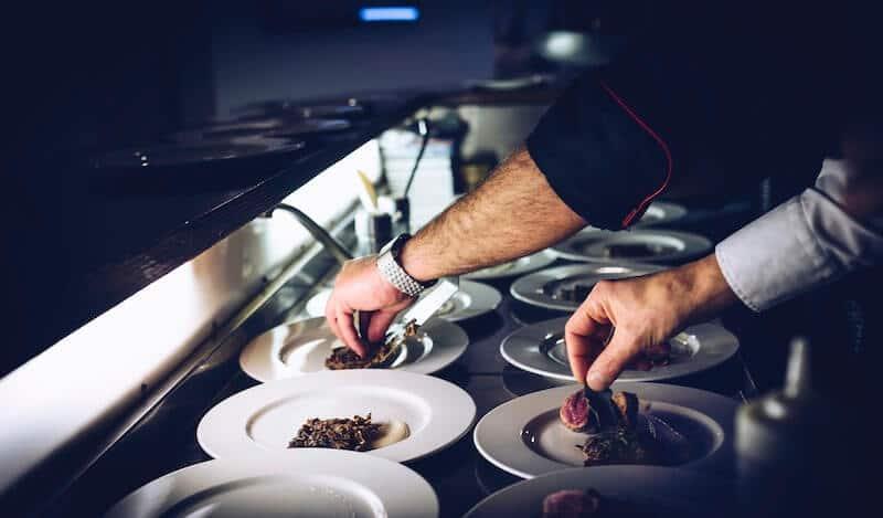 Kucharz dekoruje talerz w restauracji