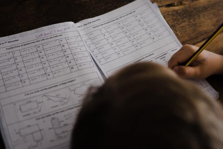 Uczeń odrabia lekcje matematyki