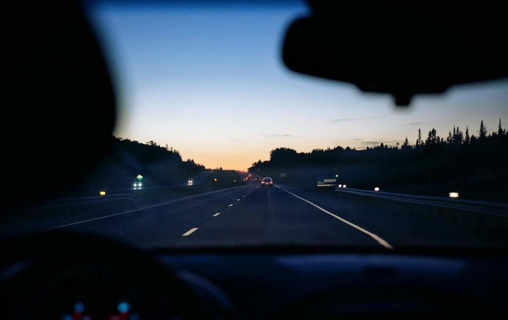 Zdjęcie drogi przez szybę czołową samochodu
