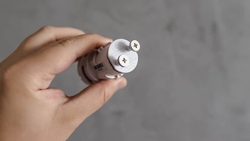 Netatmo - wnętrze urządzenia ze śróbkami na baterie