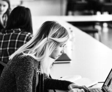 Dziewczyna z laptopem na uczelni