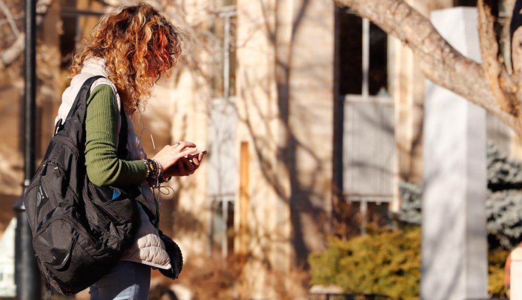 Dziewczyna korzysta z telefonu na ulicy
